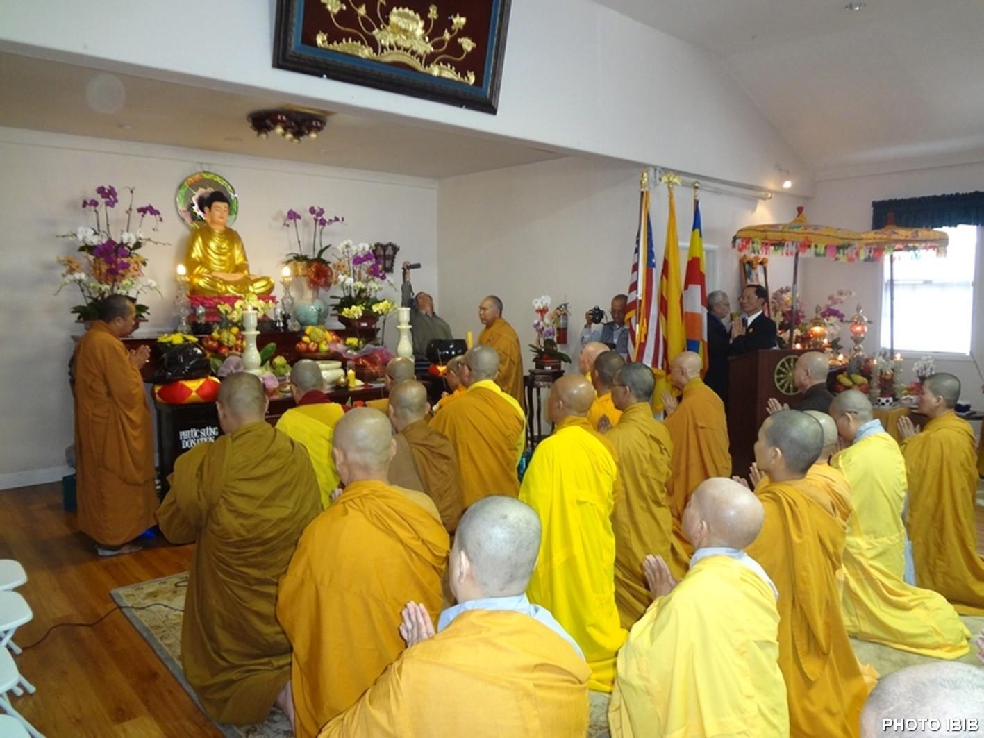 Chư Tăng Ni hành lễ Chung Thất tại Chánh điện chùa Phật Quang