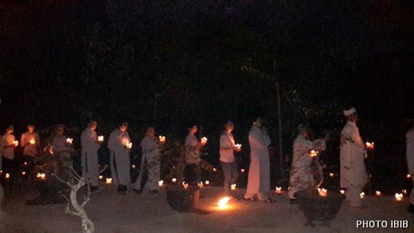 Phật tử nhiễu quanh Bảo đình trong đêm
