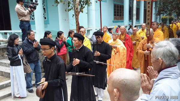 Chư Tăng và Phật tử trở về Chánh điện