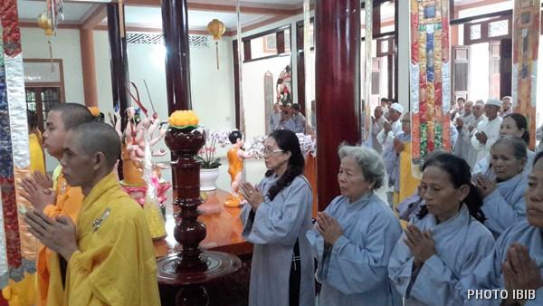 Chư Tăng và Phật tử trước Chánh điện