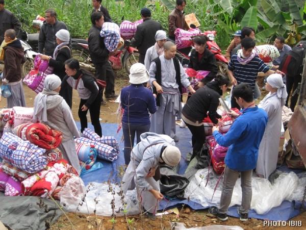 Cứu trợ đồng bào nghèo tại xã Vĩnh Phong, Bảo Lâm, Cao Bằng