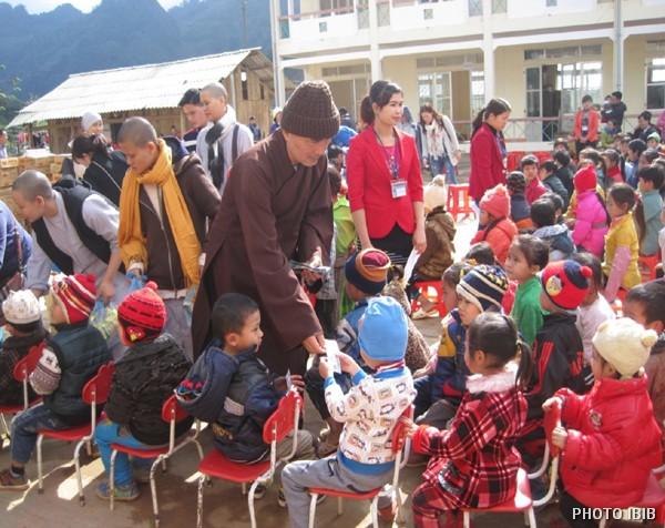 Phát quà cho các em học sinh tại xã Hòa An, Huyện Vĩnh Phong, Cao Bằng