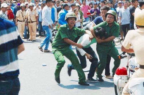 """Mấy nhân viên sắc phục to béo đang """"ưu ái"""" với một biểu tình viên ốm nhom"""