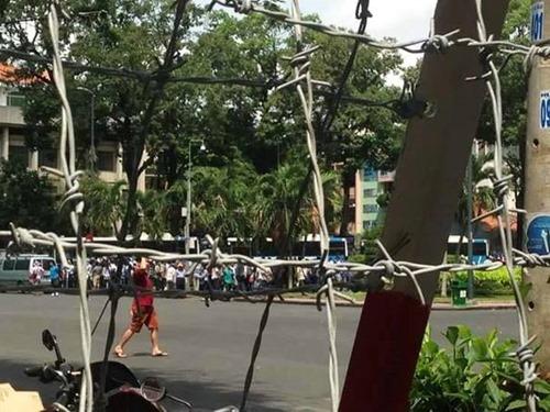 Rào chắn và kẽm gai quây kín người biểu tình