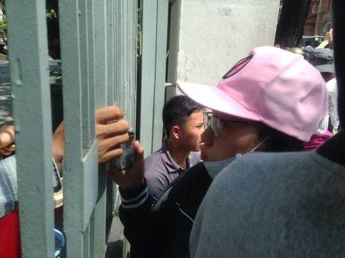 Người dân tiếp trà đá cho người biểu tình