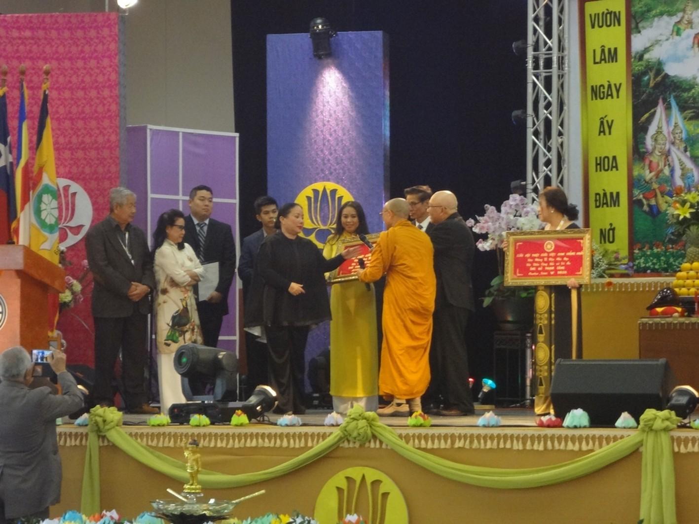 Hòa thượng Thích Huyền Việt trao bằng tưởng lệ và tri ân Tổ hợp Luật sư The Tammy Tran Law Firm