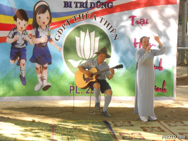 Các anh chị Huynh trưởng cũng tham gia văn nghệ với các em: Anh đàn Chị hát