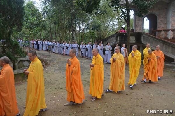 Chư Tăng Ni Phật tử trang nghiêm tiến về Bảo Tháp