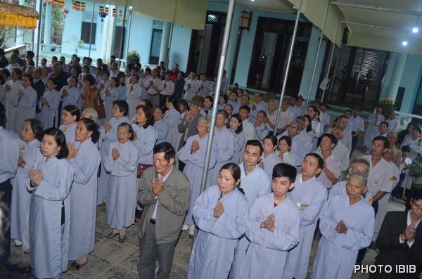 Phật tử chuẩn bị giờ hành lễ