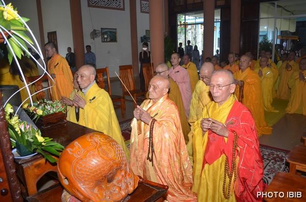 Chư tôn giáo phẩm Hội đồng Lưỡng viện dâng hương bạch Phật