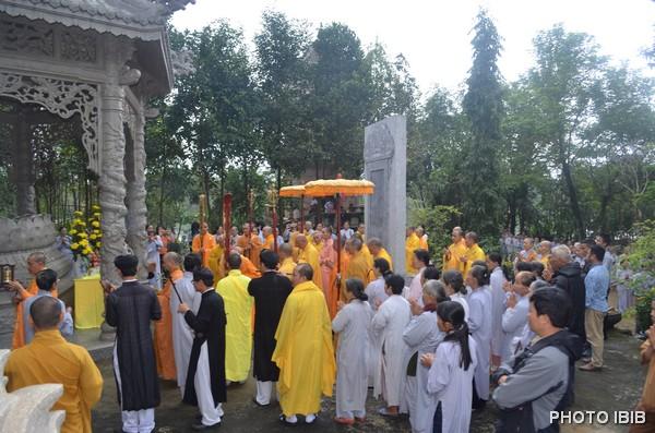 Chư Tăng và Phật tử cử hành lễ trước Bảo tháp