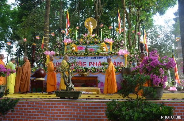 Lễ đài Phật Đản trong khuôn viên Tu viện Long Quang, Huế