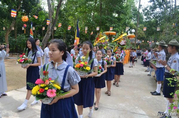 Các em Oanh Vũ tiến về Lễ Đài dâng hoa cúng dường