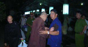 Un agent de la Sécurité en civil empêche un bonze de l'EBUV de suivre Thich Quang Do (gare de Ho Chi Minh Ville) (16.2.2006) (Photo IBIB)