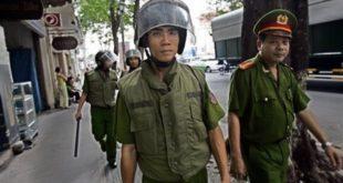 Công an, Bộ đội canh gác các đường phố Saigon và Hà Nội chống biểu tình yêu nước