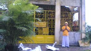 Hòa thượng Thích Nhật Ban chụp trước chùa Ba La Mật ngày 2.12.2008 với đồ vật phá vỡ trong sân chùa