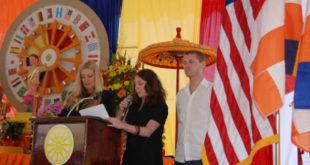Từ phải qua trái : ông Kris Anderson, bà Sarah Wassermen phát biều về cuốn phim phỏng vấn Đại lão Hòa thượng Thích Quảng Độ tại Saigon, bên cạnh là chị Ỷ Lan dịch sang tiếng Việt