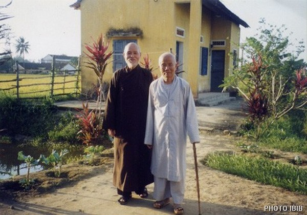 Thích Quảng Độ visits Thích Huyền Quang in 1999 in Quảng Ngãi where he is under house arrest. It was their first meeting in 17 years