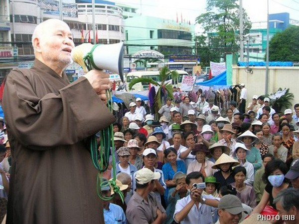 "Thích Quảng Độ addresses the ""Victims of Injustice"" demonstrating in Saigon in July 2007"