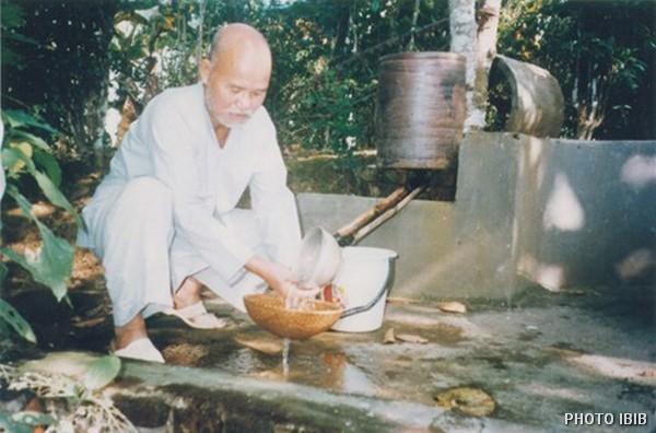 Thích Quảng Độ prepares his food in internal exile in Vũ Đoài village, Thái Bình province