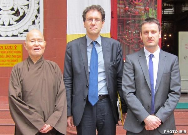 Đức Tăng Thống Thích Quảng Độ, Tổng Lãnh Sự Pháp Fabrice Mauriès và ông Jean-Philippe Gavois thuộc Đại sứ Quán Pháp, Hình PTTPGQT