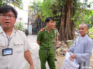 Công an đến gác trước cổng chùa Giác Hoa và vào sân chùa sáng 25/3/2012 (Photo IBIB)