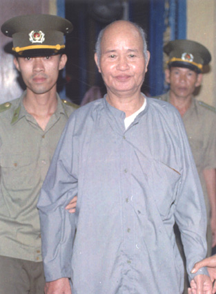 Thích Quảng Độ is sentenced to 5 years in prison at the Ho Chi Minh City Supreme People's Court on 15 August 1995, Photo AP