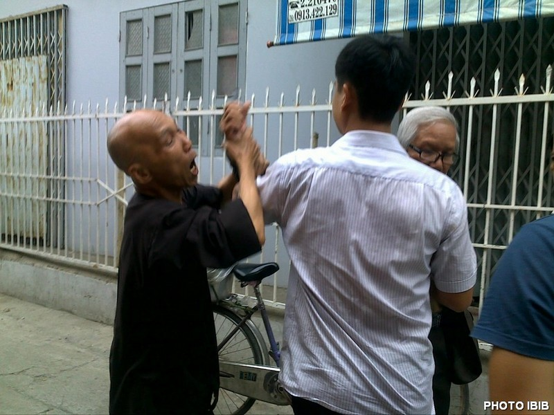 A Security agent twists Thich Thanh Quang's arm - Photo IBIB 17.8.2012