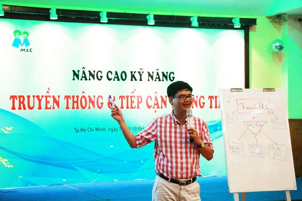 Mai Phan Lợi at a MEC workshop on the right of access to information